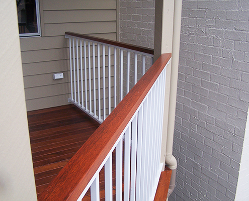 Cottage look with white powder coated aluminium fencing and wood like finish for the balustrades